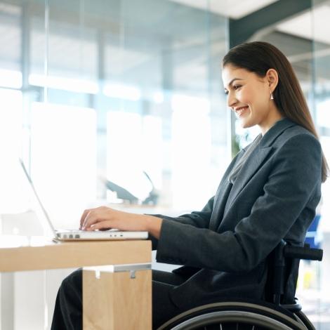 Dona treballadora en cadira de rodes